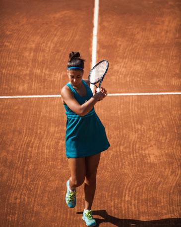 Ragazza che gioca a tennis, al Centro Le Sequoe, a Carsoli (AQ)