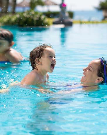 Madre con bambino nella piscina riscaldata Hotel Le Sequoie a Carsoli (AQ)