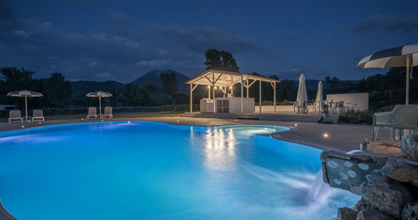 piscina-di-notte-con-cascata___5093